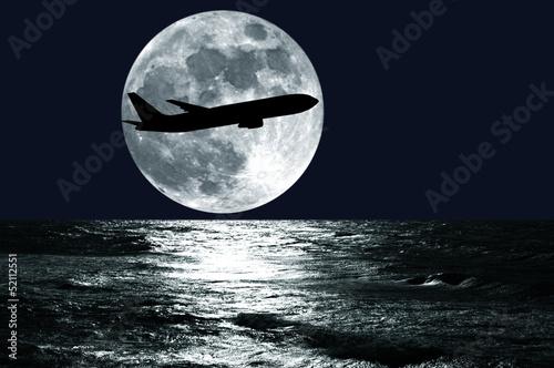 Samolot na tle księżyca