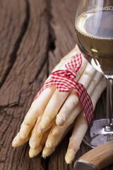Frischer Spargel und Wein