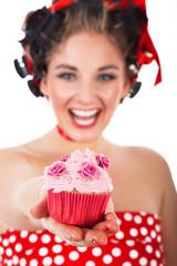 Sexy Frau überreicht lachend Cupcake