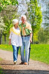 ältere menschen in der natur unterwegs