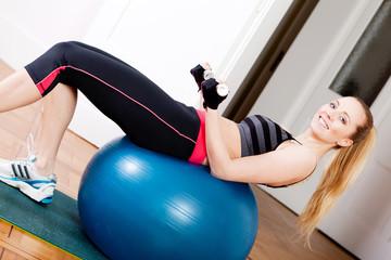 junge attractive frau macht einen workout stretch übungen fitne