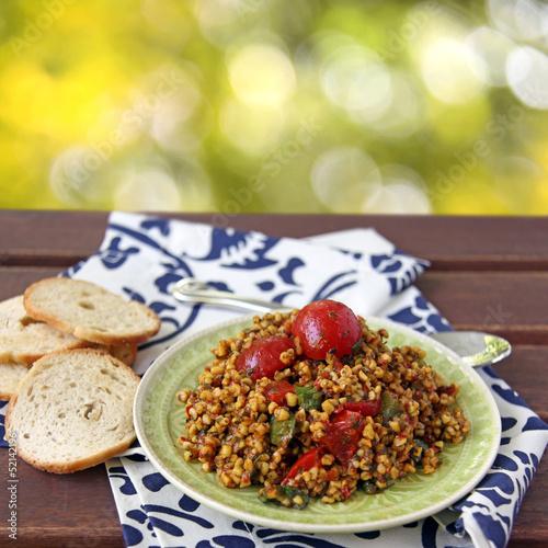 couscous salat mit paprika und chili - 52142196