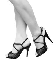 Женские ноги в туфлях на каблуке
