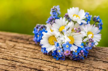 Blumenstrauß mit Gänseblümchen und Vergissmeinnicht