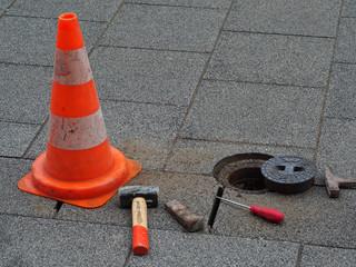 Warnhütchen sichert Baustelle ab