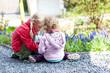 canvas print picture - zwei Mädchen im Garten