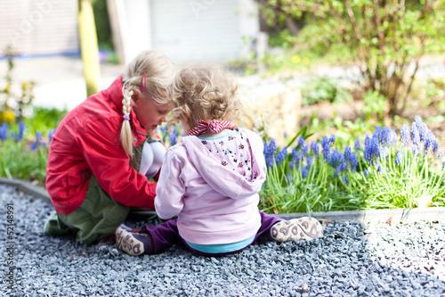 canvas print picture zwei Mädchen im Garten