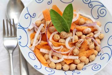 insalata di ceci, carote e cipolla