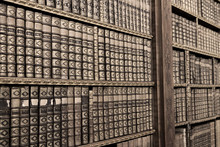 Alte Bücher ina Bibliothek - Sepia Bild