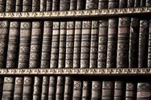 Alte Bücher in einer Bibliothek - Sepia Bild