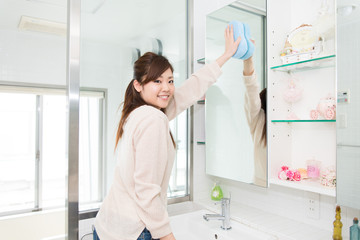洗面所を掃除する女性