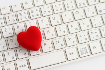 赤いハートとパソコンのキーボード