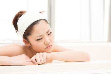 お風呂で泣く女性