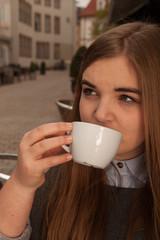 Junge Frau trinkt Kaffee / Tee Hochformat