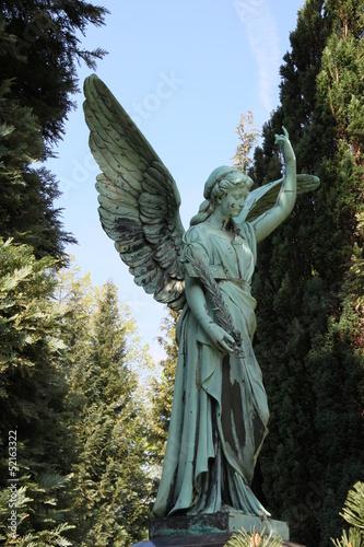 Großer Engel auf dem Friedhof - 52163322