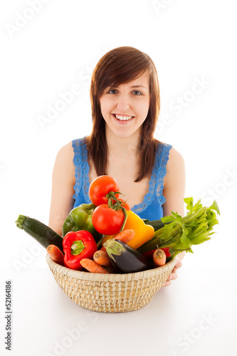 Die junge Frau mit einem Korb voller Gemüse