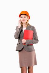 деловая женщина в каске говорит по телефону