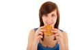 Die junge Frau isst einen Cheeseburger
