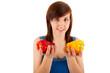 Die junge Frau hat eine rote und eine gelbe Paprika in den Händ