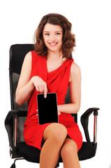 девушка сидит в кресле и показывает грфический планшет