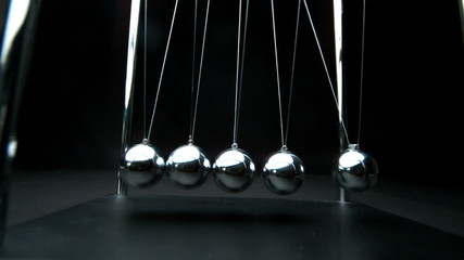 Newtons cradle in motion