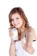 Junge Frau mit Milch zeigt lächelnd Daumen hoch