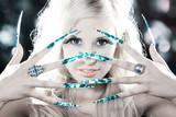 Hübsche Frau mit Stiletto Fingernägel