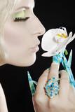 Hübsche Frau mit Stiletto Fingernägel und Orchidee
