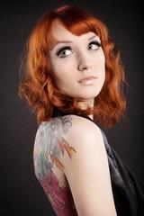 Девушка с татуировкой на спине 2
