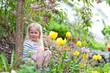 canvas print picture - Mädchen sitzt im Garten