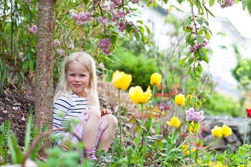 canvas print picture Mädchen sitzt im Garten