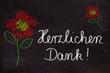 Schultafel mit Zeichnung, Blumen und Text, Herzlichen