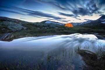 Camping in Norwegen bei Nacht
