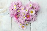 Fototapety Romantisches Herz aus Margeriten, Gänseblümchen und Kirschblüten
