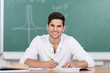 junger mann schreibt im unterricht