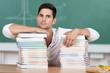 student stützt sich auf viele bücher