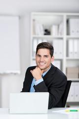 junger mann arbeitet im büro