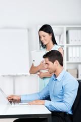 zwei mitarbeiter im büro