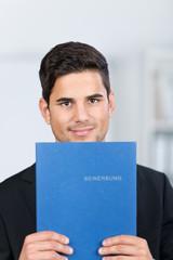 junger absolvent mit bewerbungsmappe