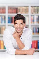 junger mann in der bibliothek