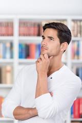 nachdenklicher student in der bibliothek