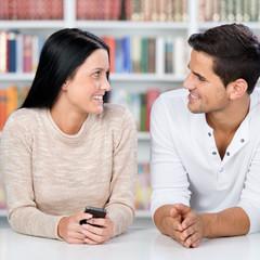 paar in der bibliothek schaut sich an