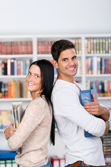 zwei studenten in der bibliothek