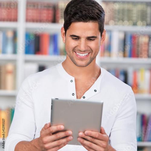 student liest an seinem tablet-computer