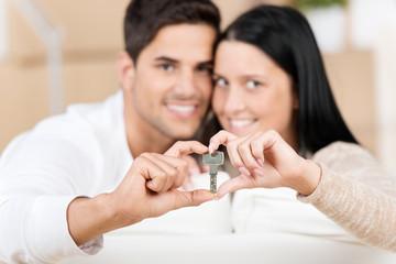 glückliches paar mit wohnungsschlüssel
