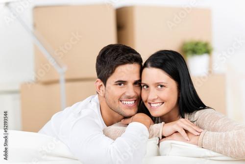 lächelndes paar beim umzug