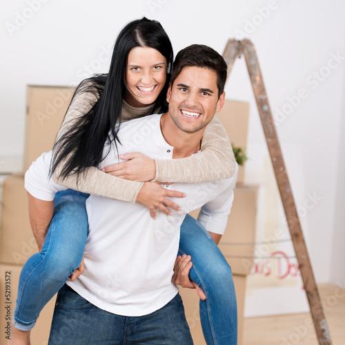 glückliches paar beim umzug