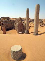 Ruine eines antiken Tempels in der Wüste
