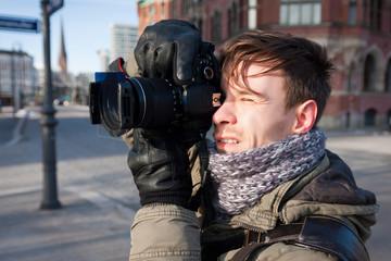 junger Hobbyfotograf beim Fotografieren, 2