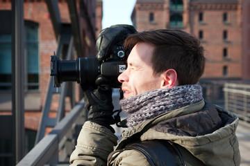 junger Hobbyfotograf beim Fotografieren, 5